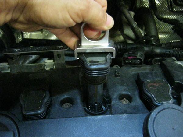 EQP-031 VAG Ignition Coil Puller Kit in Use